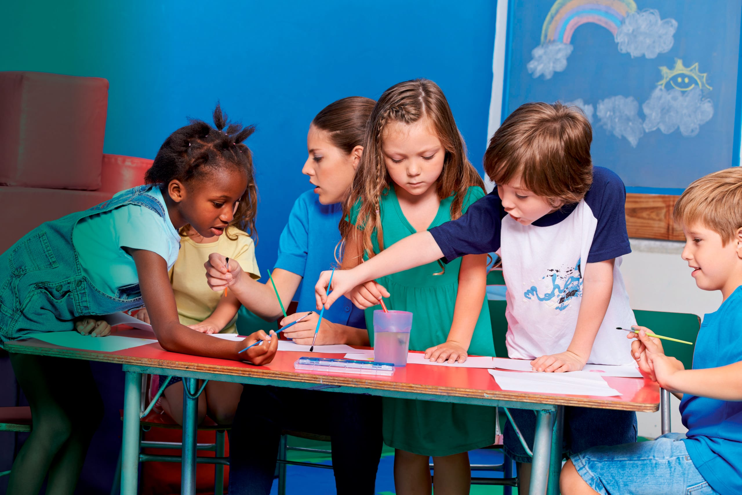 Enfants qui peignent à l'école