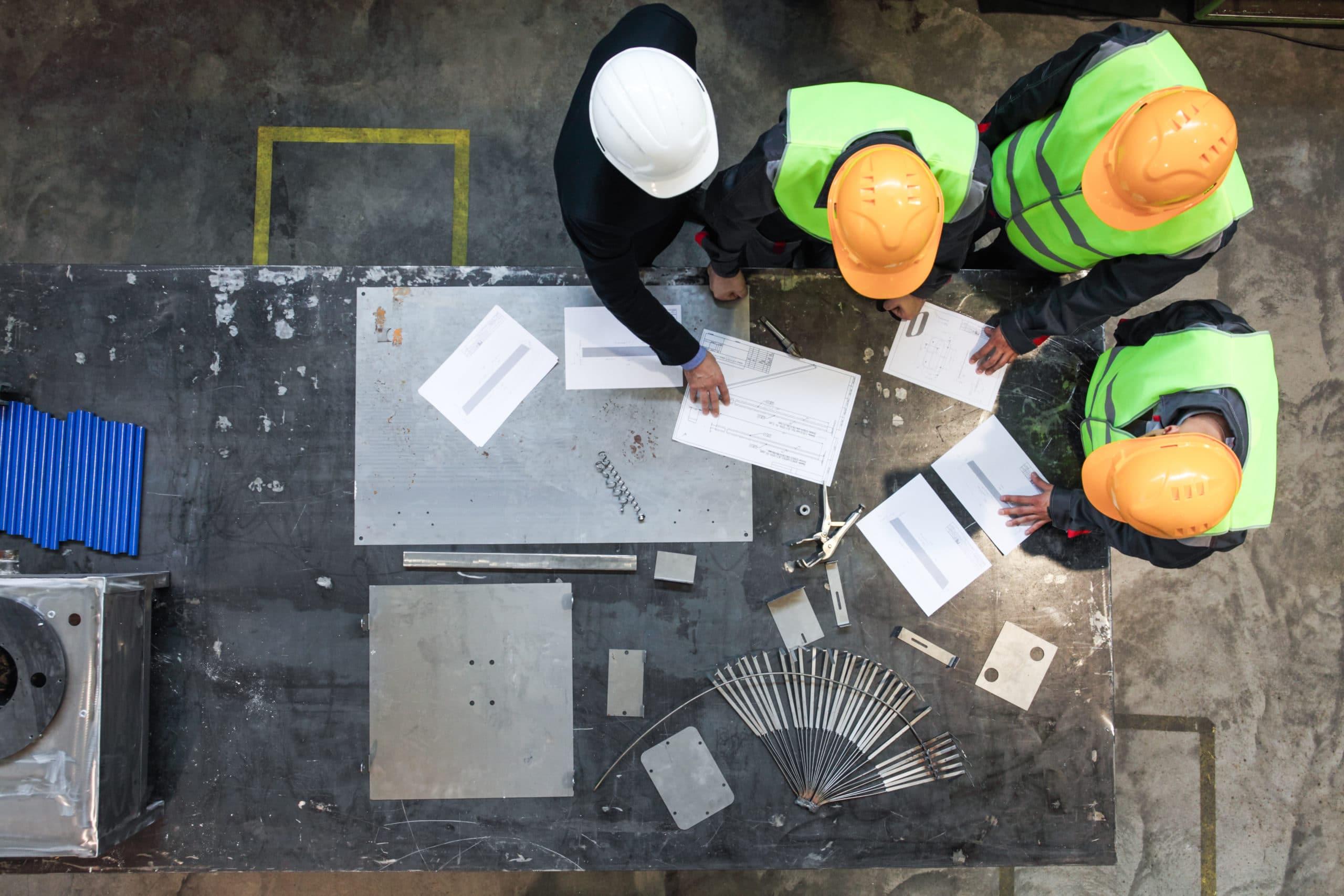 Ingénieurs étudiant des plans sur un chantier