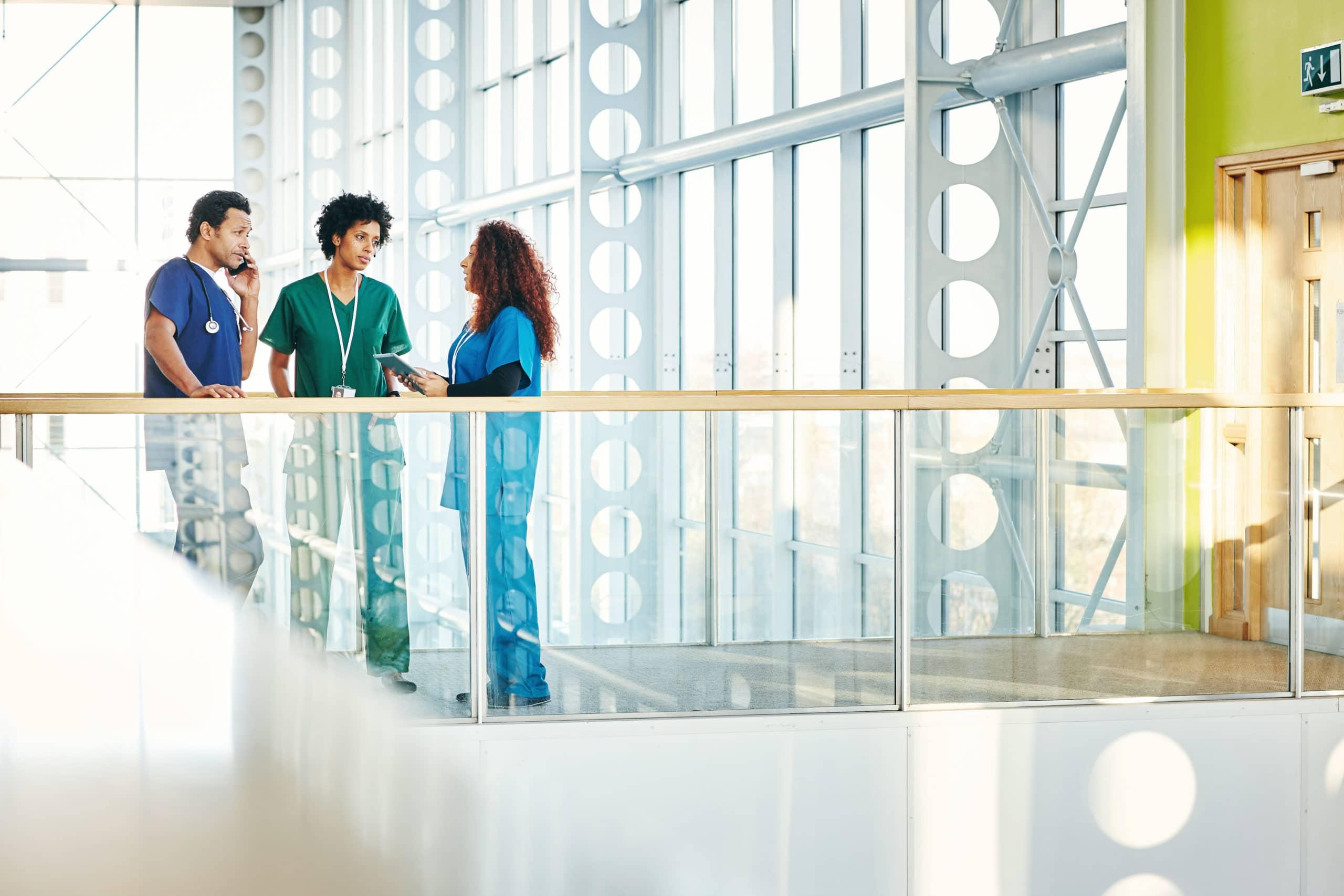 Médecins qui discutent sur la passerelle d'un hôpital